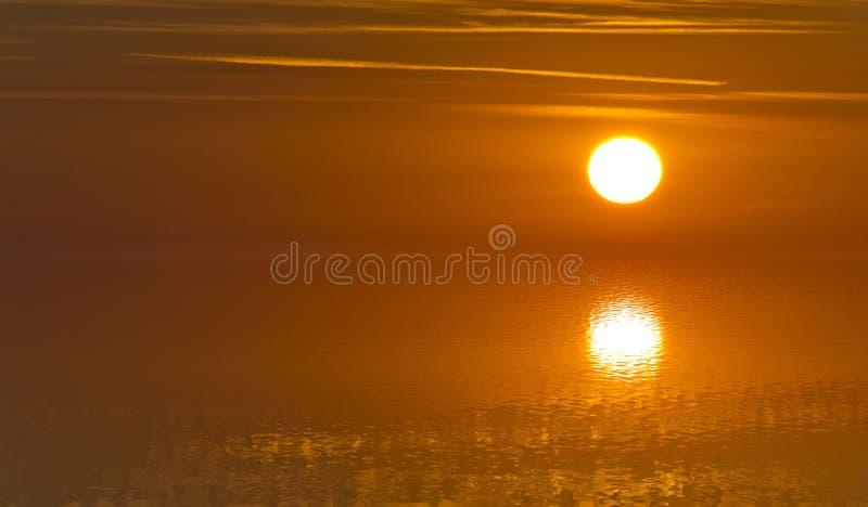 Image brouillée des réflexions de la lumière du soleil sur une surface de l'eau avec la tranquilité absolue - foyer mou images stock