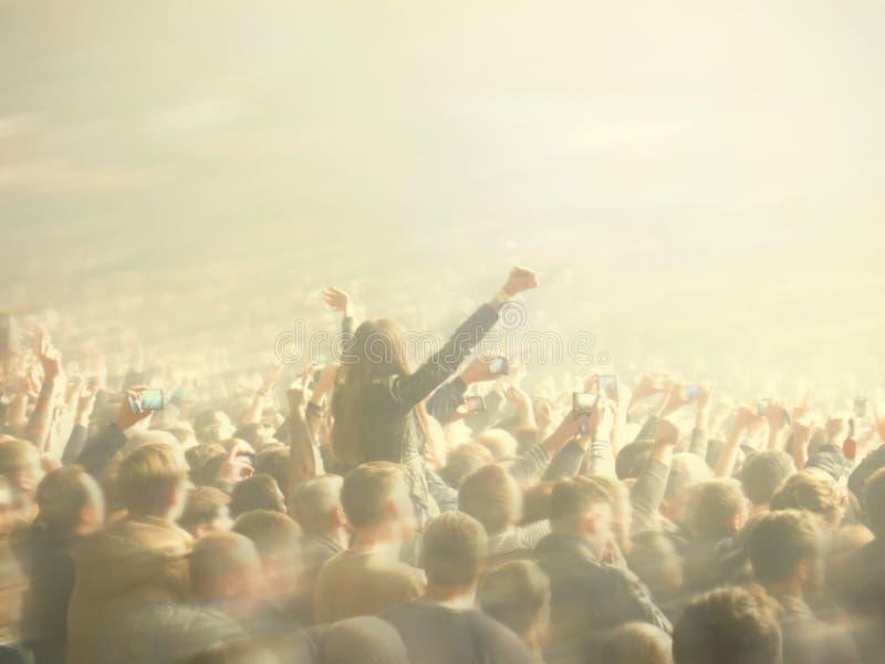 Image brouillée par résumé Serrez pendant un concert public de divertissement une représentation musicale Fans de main dans des p photographie stock libre de droits
