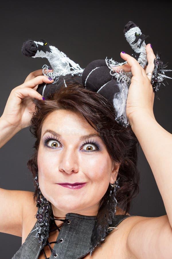 Image charismatique de femme pour Halloween avec des potirons image libre de droits