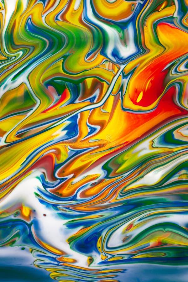 Image colorée abstraite de peinture à l'huile renversée Vertcial photo stock