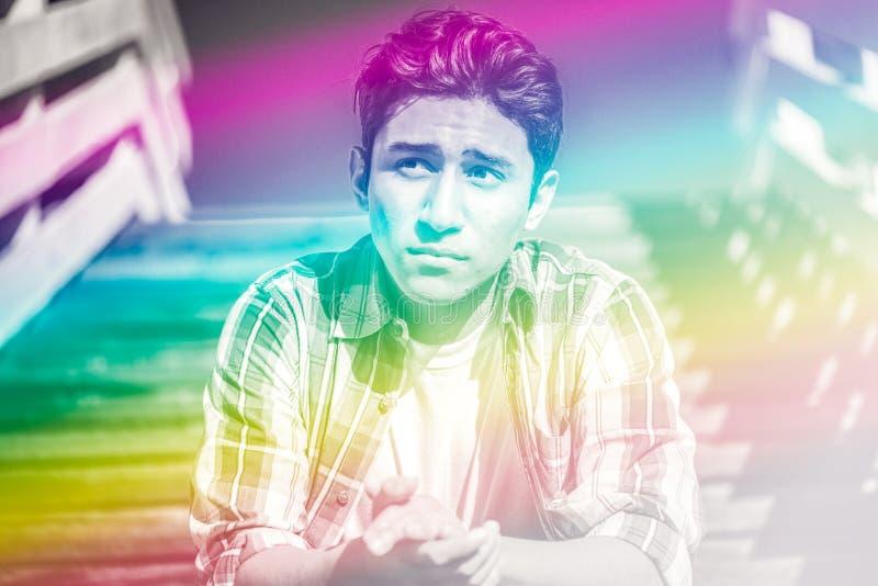 Image colorée surréaliste d'un jeune homme photographie stock