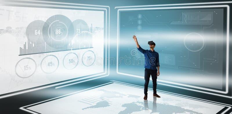 Image composée d'homme d'affaires faisant des gestes tout en regardant cependant le simulateur de réalité virtuelle photo libre de droits