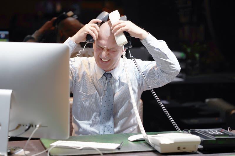 Image composée d'homme d'affaires soumise à une contrainte au travail photographie stock