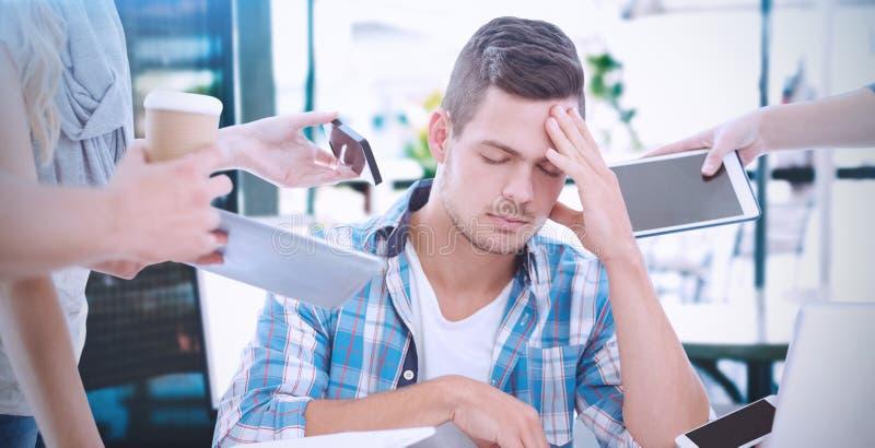 Image composée d'homme d'affaires déprimé avec la tête à disposition photo libre de droits