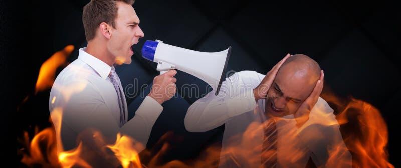 Image composée d'homme d'affaires hurlant d'un mégaphone à son collègue photographie stock