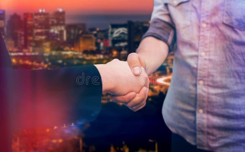 Image composée d'homme d'entreprise et de femme se serrant la main images stock