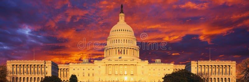 Image composée d'U S Capitol et ciel foncé de coucher du soleil image libre de droits