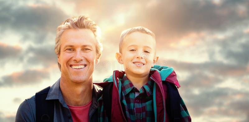 Image composée d'un père et de sa pose de fils photographie stock libre de droits