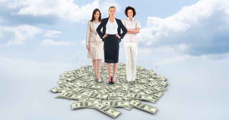 Image composée de Digital des femmes d'affaires se tenant sur des billets d'un dollar contre le ciel nuageux illustration stock