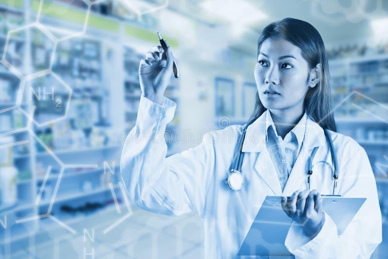 Image composée de docteur asiatique se dirigeant avec le stylo images libres de droits
