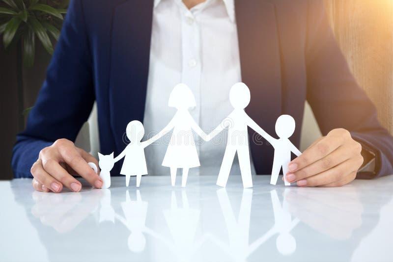 Image composée de famille en papier avec un homme à l'arrière-plan photo stock