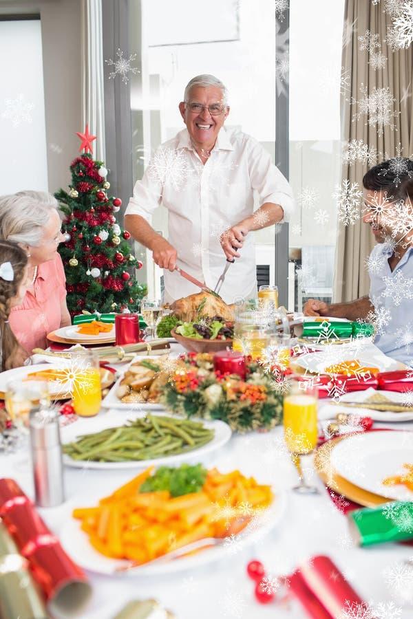 Image composée de famille gaie à la table de salle à manger pour le dîner de Noël images stock