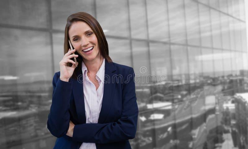 Image composée de femme d'affaires de sourire parlant sur le téléphone portable images libres de droits