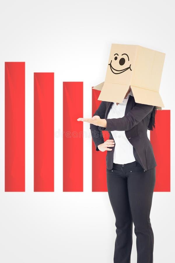 Image composée de femme d'affaires présentant avec des frais généraux de boîte image stock