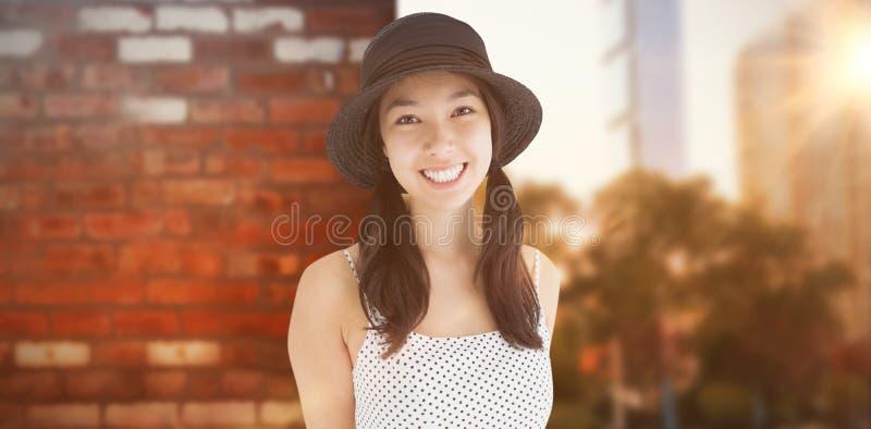 Image composée de femme gaie avec une robe et un chapeau de point de polka photo stock