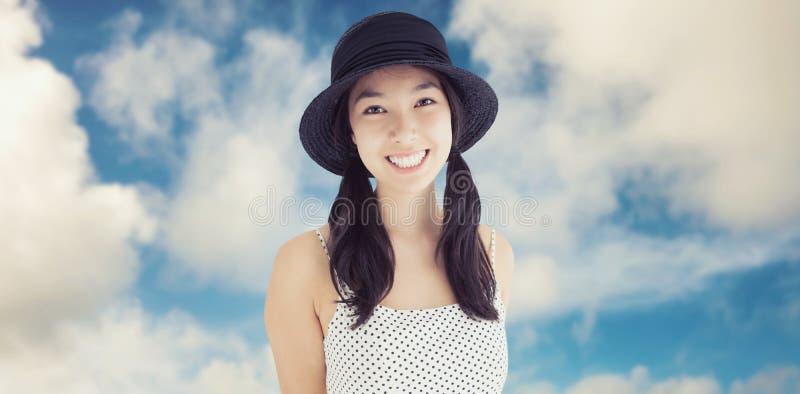 Image composée de femme gaie avec une robe et un chapeau de point de polka image stock