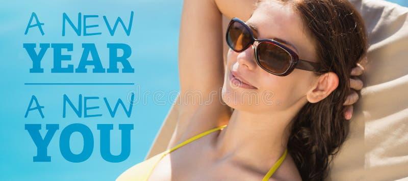 Image composée de femme gaie par la piscine images stock