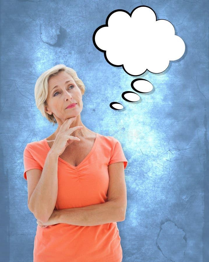 Image composée de femme plus âgée de pensée avec des bras croisés photographie stock libre de droits