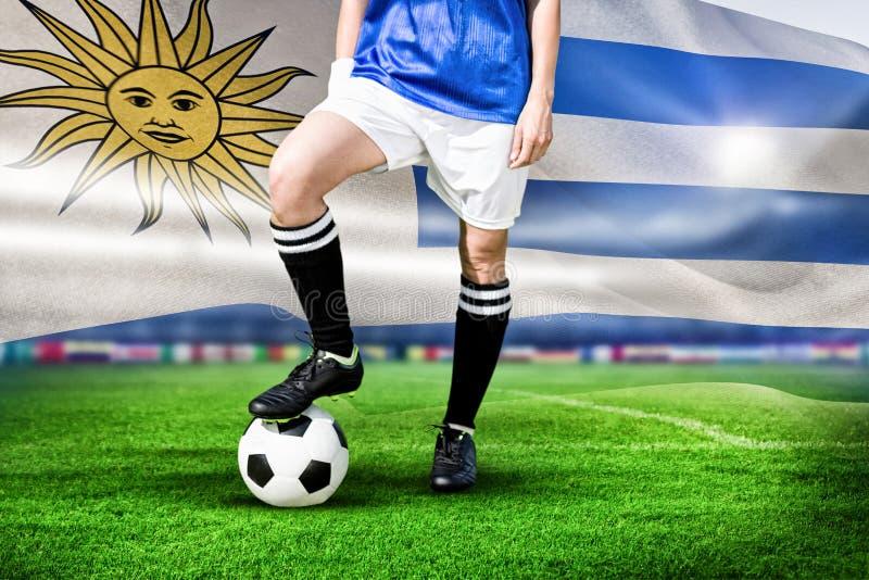 Image composée de footballeur de femme souriant et posant avec une boule photos stock