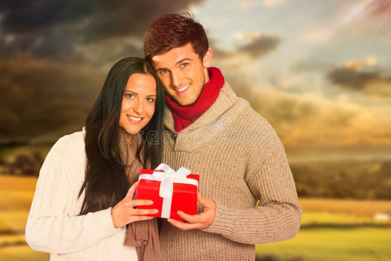 Image composée de jeunes couples tenant un cadeau photos libres de droits