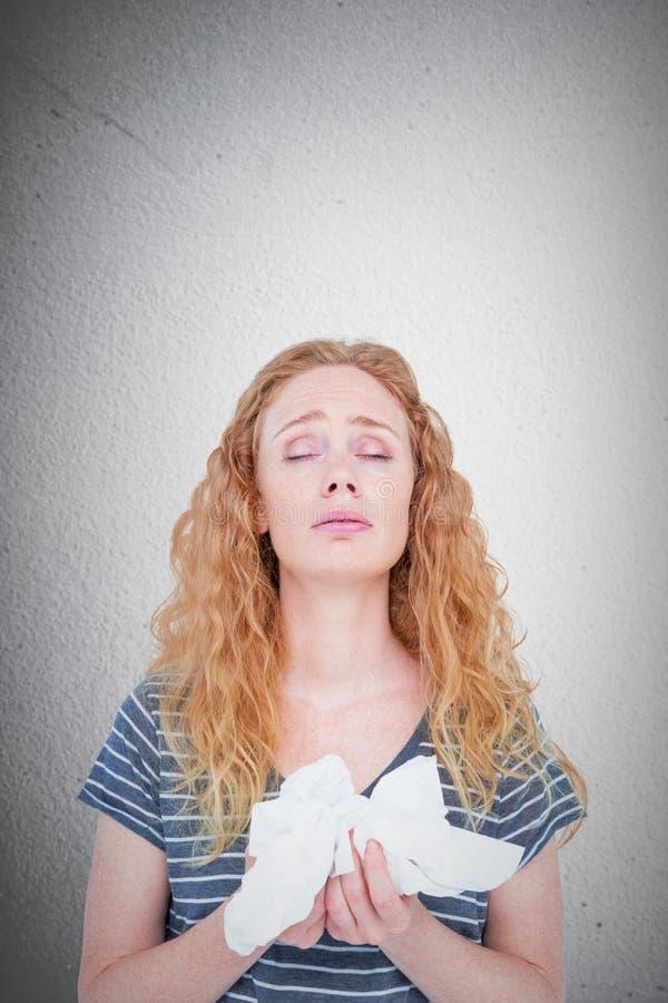 Image composée de la femme blonde malade tenant le tissu de papier images libres de droits