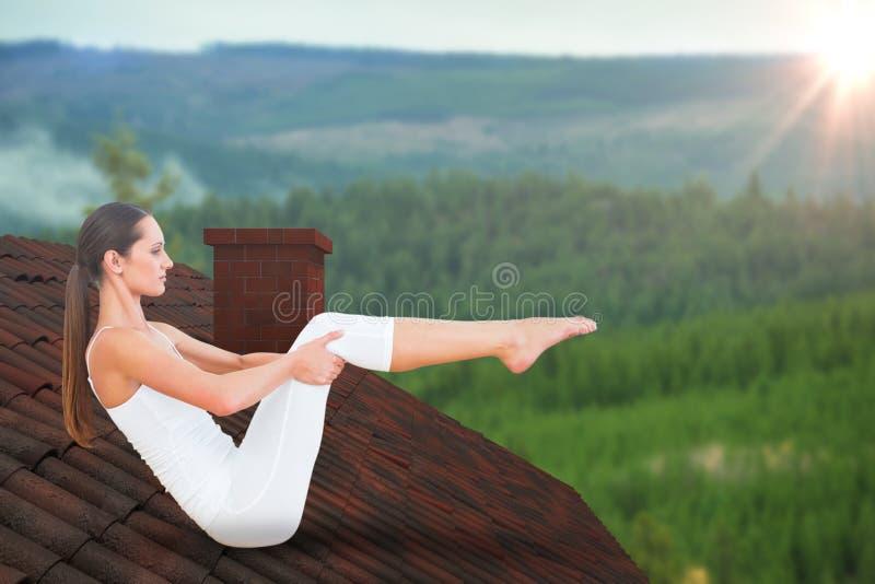 Image composée de la femme modifiée la tonalité faisant la pose de bateau dans le studio de forme physique images stock