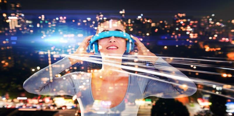 Image composée de la femme de sourire employant les verres visuels virtuels photos libres de droits