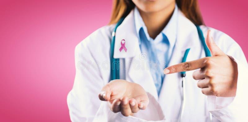 Image composée de la mi section du docteur féminin montrant la main vide photo libre de droits