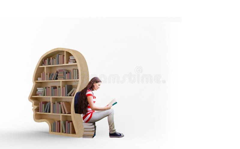 Image composée de livre de lecture d'étudiant dans la bibliothèque photo stock