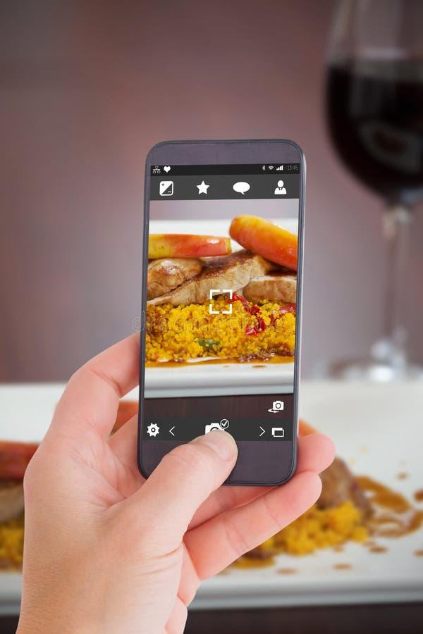 Download Image Composée De Main Femelle Tenant Un Smartphone Image stock - Image du assiette, application: 56480429