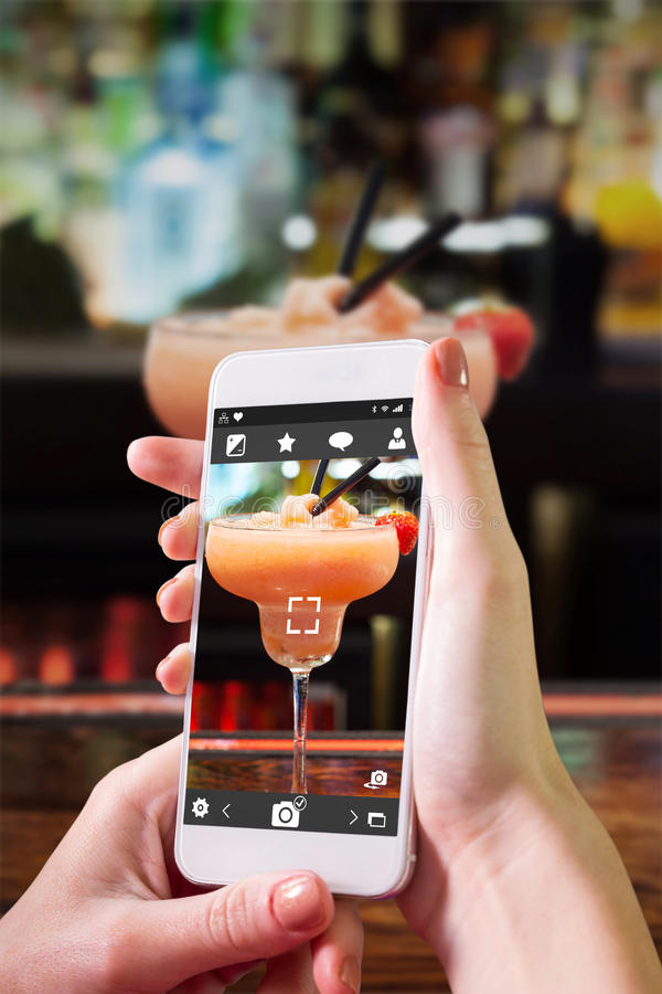 Download Image Composée De Main Tenant Le Smartphone Photo stock - Image du rose, fixation: 56480358