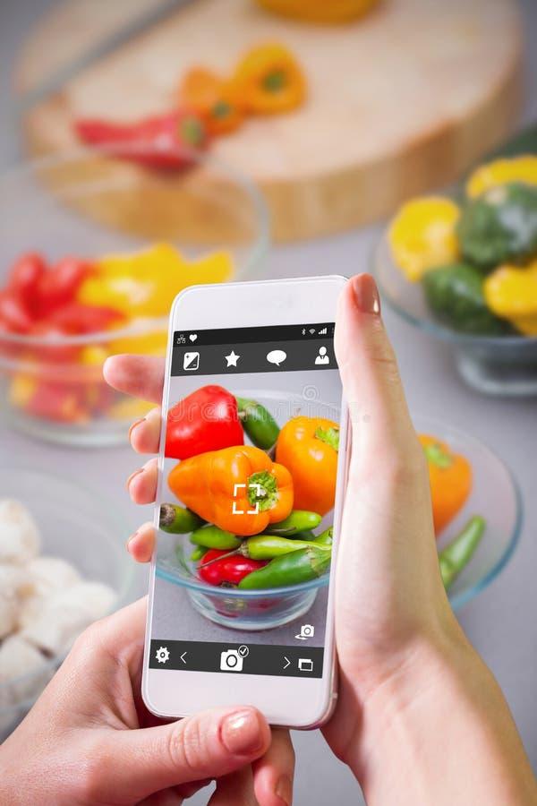 Download Image Composée De Main Tenant Le Smartphone Photo stock - Image du sain, cuisine: 56480414