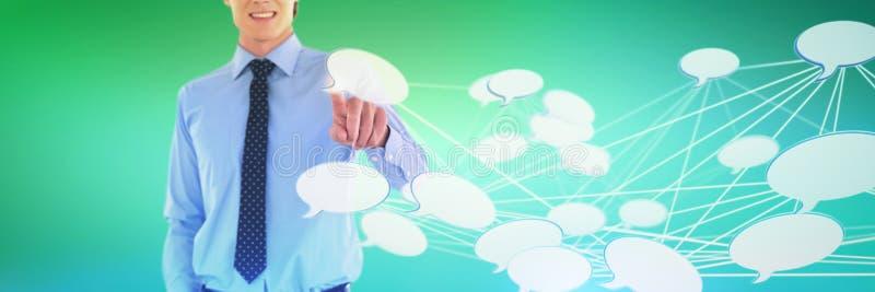 Image composée de mi section d'homme d'affaires de sourire utilisant l'interface tout en se tenant avec la main dans le PO photo stock