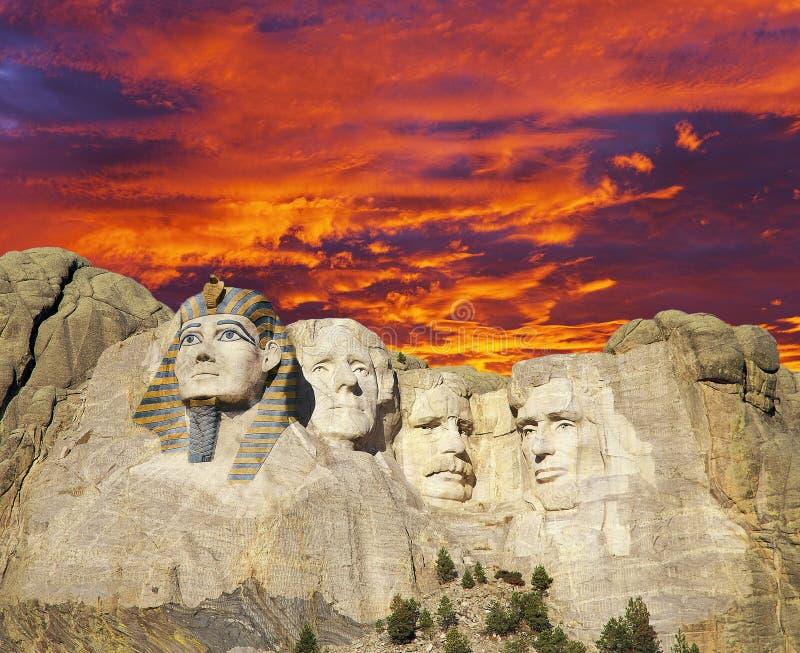 Image composée de Mt Rushmore avec Washington a remplacé par un pharaon égyptien contre le ciel foncé par les nuages oranges de c images libres de droits