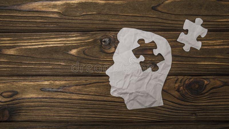 Image composée de papier sous forme de tête sur un fond en bois image libre de droits