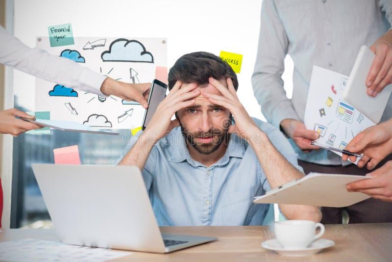 Image composée de portrait d'homme d'affaires frustrant avec des collègues au bureau photo libre de droits