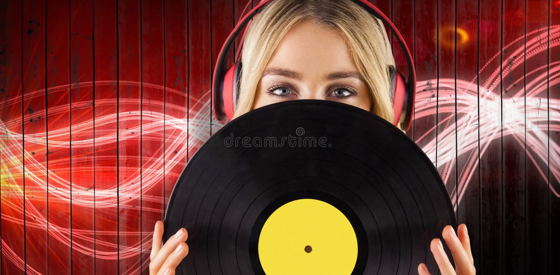 Image composée de portrait d'une belle femme tenant un vinyle image libre de droits