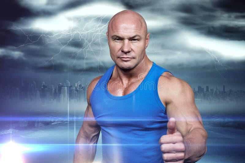 Image composée de portrait de l'homme musculaire sûr montrant des pouces  photo stock