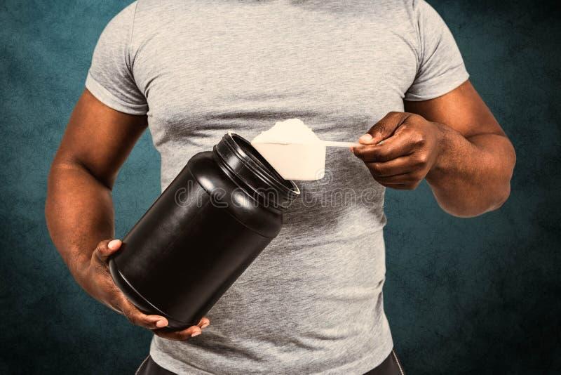 Image composée de poudre de excavation de protéine d'homme d'ajustement photo libre de droits