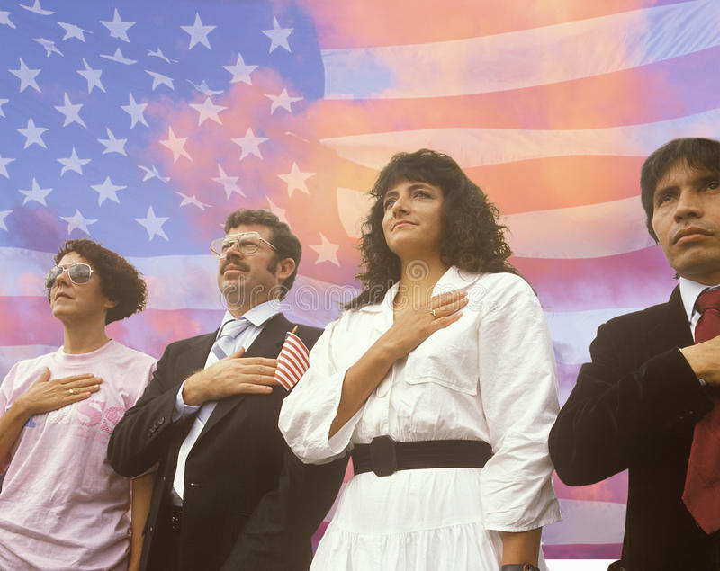 Image composée de quatre personnes à une cérémonie de citoyenneté superposée au-dessus du drapeau américain et du ciel bleu avec  photographie stock libre de droits