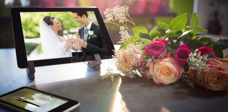Image composée de téléphone portable et de comprimé sur la table photographie stock libre de droits