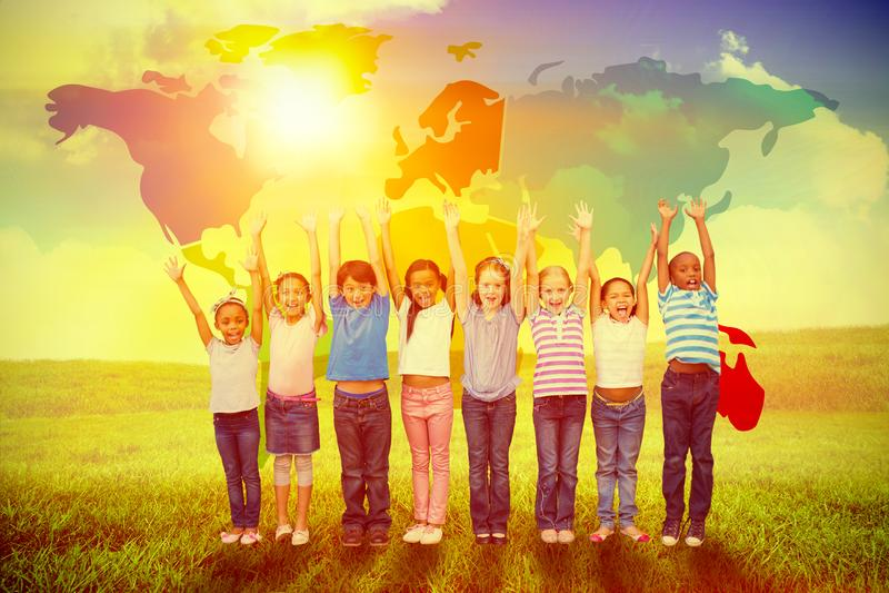 Image composée des élèves mignons souriant à l'appareil-photo dans la salle de classe illustration de vecteur