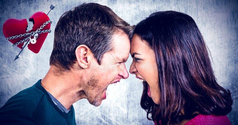 Image composée des couples hurlant tout en se tenant tête à tête photos stock