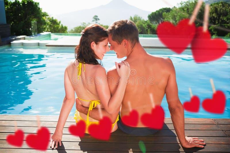 Image composée des couples se reposant par la piscine un jour ensoleillé photos stock