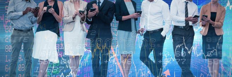 Image composée des gens d'affaires discutant au-dessus de la technologie du sans fil image libre de droits
