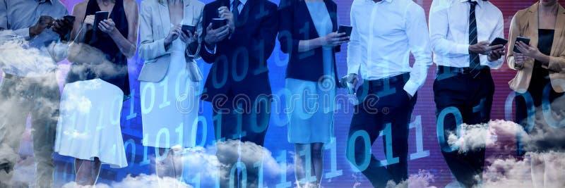 Image composée des gens d'affaires discutant au-dessus de la technologie du sans fil photographie stock libre de droits