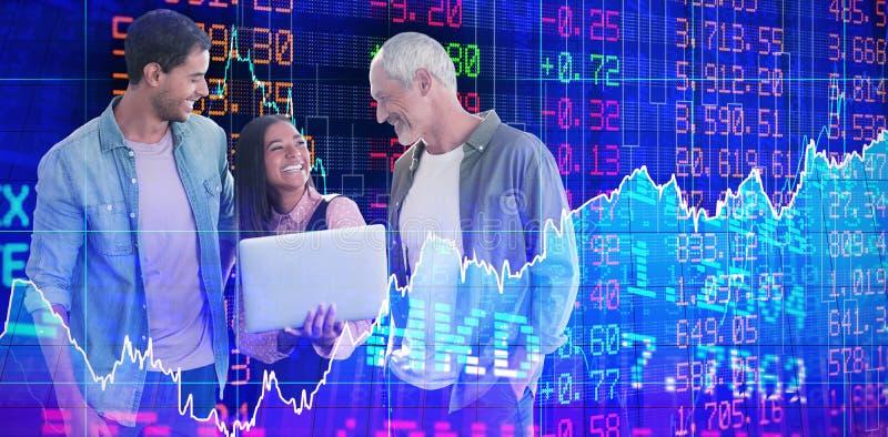 Image composée des gens d'affaires heureux discutant au-dessus de l'ordinateur portable sur le fond blanc photo libre de droits