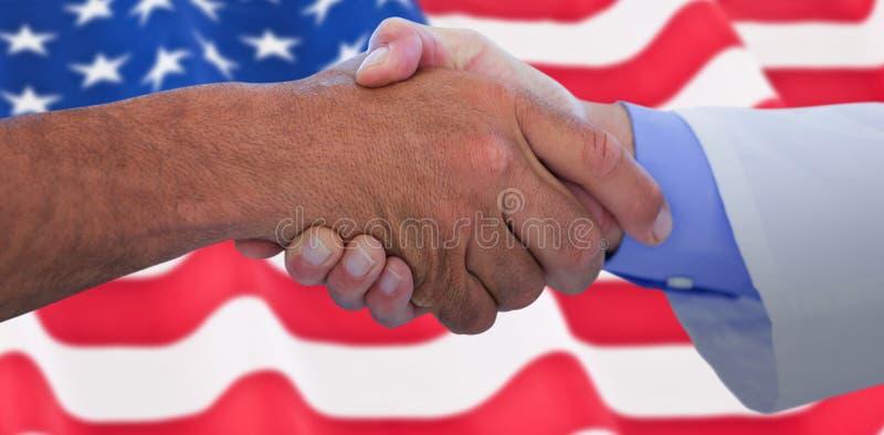 Image composée des gens d'affaires se serrant la main sur le fond blanc photos libres de droits