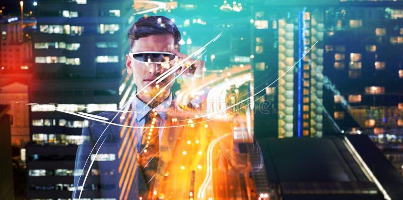 Image composée des verres beaux de réalité virtuelle d'homme d'affaires photos stock