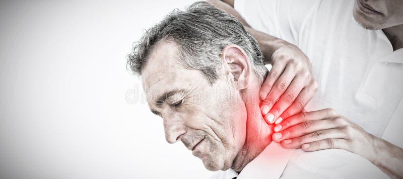 Image composée du chiroprakteur masculin massant le cou de patients image libre de droits